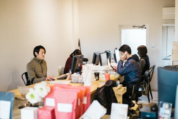 本社のオフィスにて。役職がついた今、以前よりも慎重に商品やカフェの動きを見るようになった。穏やかな口ぶりや相槌で相手とのコミュニケーションを円滑にしている。