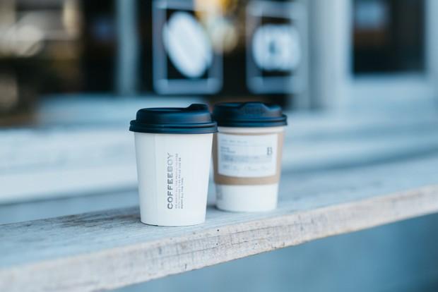 徳山コーヒーボーイでは、現在テイクアウトに力を入れている。ラインナップは、ストレート・シングルオリジン(420円)、カフェインレスコーヒー(420円)など。店舗ごとのオリジナルである季節のスムージーも人気。