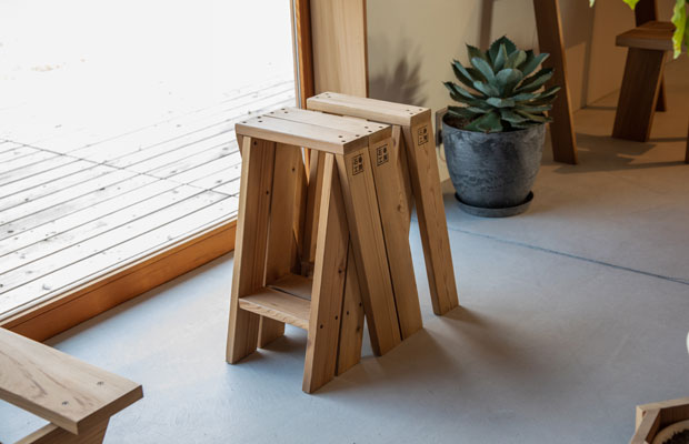 トラフ建築設計事務所デザインの〈AA STOOL〉(2脚セット37400円)。横にスタッキングしていくとベンチになったり、離して天板を置くとテーブルにすることも可能。使う人のアイデア次第で新しい使い方を発見できる。