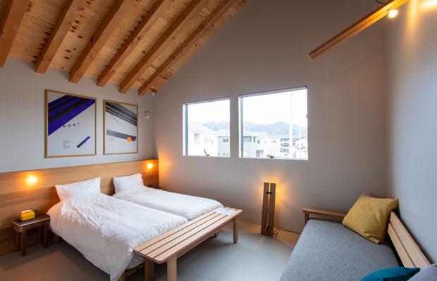 「noki」は軒下にいるような場所をイメージしてデザインされた。ベッドにもなるソファがあり、最大3人利用可。1泊1名利用:1室8000円~3名利用:1室13500円。