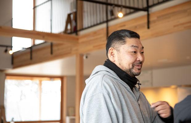 工房長の千葉隆博さん。もともとは鮨職人だったが、震災後、石巻を訪れていた芦沢さんと出会った。