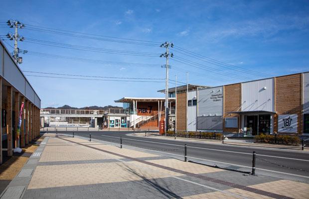 大きな被害を受けた気仙沼の中心部である内湾地区は、現在は整備され、さまざまな店舗が入った複合施設が並び、まち歩きもできる。