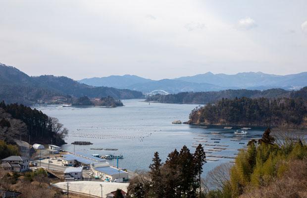 唐桑の風景。拓馬さんはいまも唐桑地区に暮らす。奥に見える「気仙沼大島大橋」は2019年に開通した。