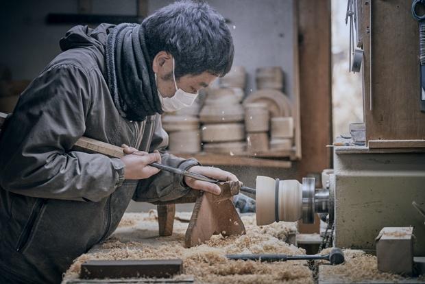 """地元の学校給食で使われる木工食器を製造する〈大野木工〉。地場の産業が地域に根づいているのが洋野町""""らしさ""""のひとつだ。"""