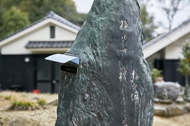 松山市内90か所以上に置かれている俳句ポストは松山城にも。年間で1万通くらい投句されている。3か月に1度回収し、俳人によって選句されている。
