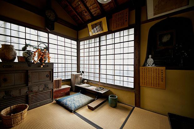 正岡家の菩提寺である正宗寺境内に建つ子規堂は、子規が17歳まで暮らした家を復元したもの。直筆原稿や当時の写真など貴重な資料が展示されている。