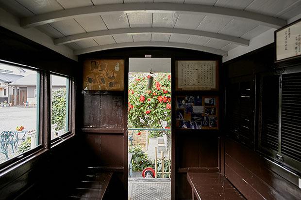子規堂の前には、夏目漱石が『坊っちゃん』のなかで「マッチ箱のような汽車」と評した客車が置かれている。敷地内の墓地には、子規の遺髪を埋葬した埋髪塔も。俳句ポストも設置。