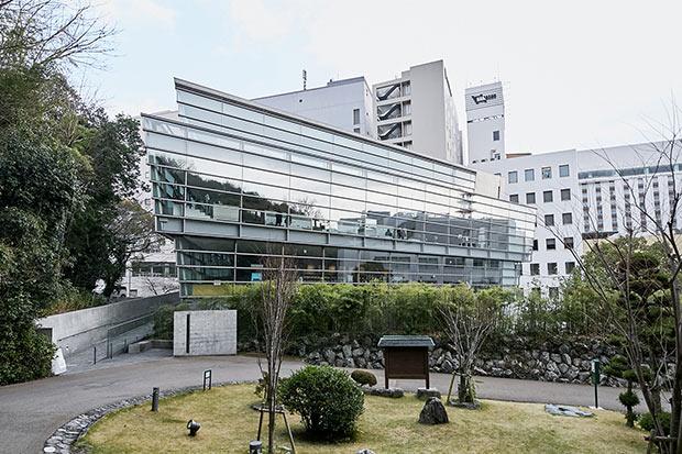 松山城のある勝山の麓にある坂の上の雲ミュージアムは、物語をイメージした4階建ての建築で、柱のない空中回廊で上下階が結ばれている。1968年4月22日から1972年8月4日まで1296回掲載された産経新聞の連載『坂の上の雲』が並んだ大きな壁面は壮観。