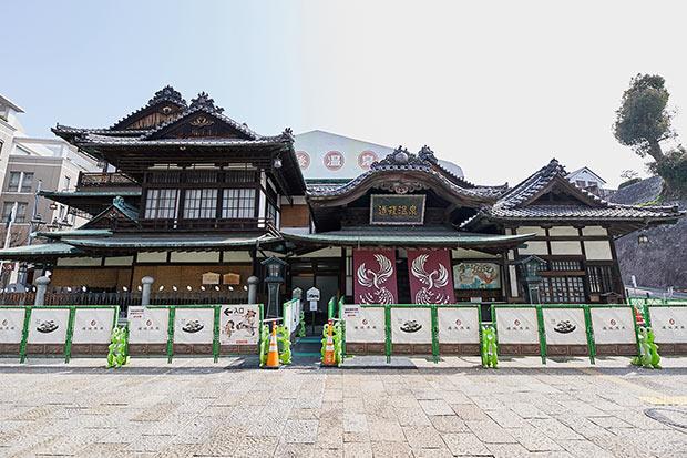 道後温泉本館は、国の重要文化財。2000年の歴史を持つ名湯も、老朽化のため2019年1月15日からしばらくお直し中。神の湯のみ営業している。