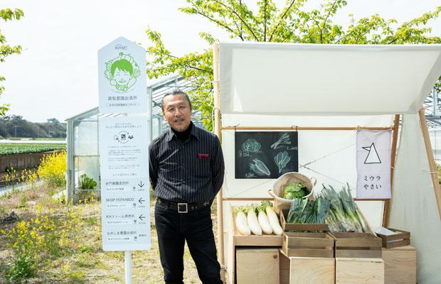 横須賀総合高校美術部の高野芳幸先生。デザインの可能性を制限しないよう、学生に具体的な指示することはなく「モノの本質をもっともシンプルな形で表すこと」を伝えているという。