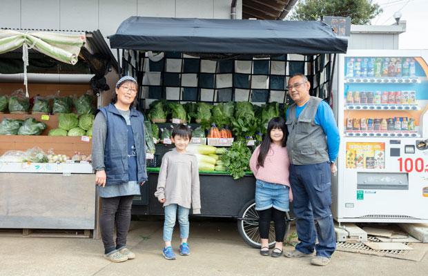 鈴木さん夫妻とふたりのお孫さん。