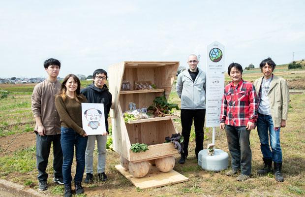 左から、腰原研究室の安田樹さん、矢尾彩夏さん、助教の松本直之さん、フィラス・ハワスリーさん、井上さん、石川さん。矢尾さんが持っているのは腰原教授の似顔絵。