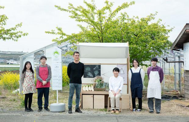 〈野菜の居処〉で粕谷研究室のメンバーと〈高梨農園〉の高梨尚子さん。備え付けの椅子を引き出して、ひと休みできる。