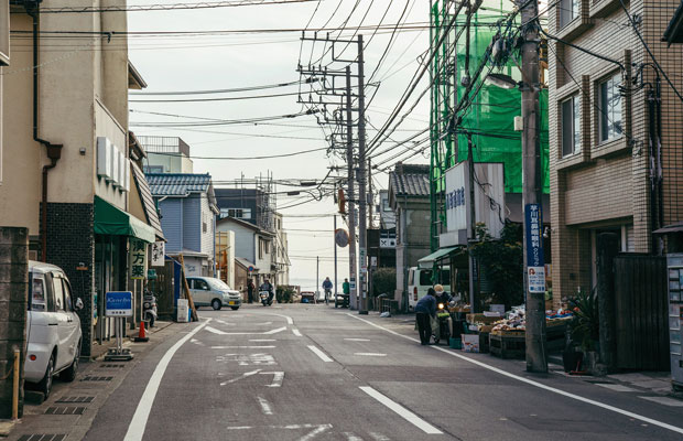 横山寛多さんが自宅兼仕事場を構えている海辺のまち・材木座。隣町の大町で長年過ごした後、現在は海から徒歩数分の場所にある古民家で暮らしている。
