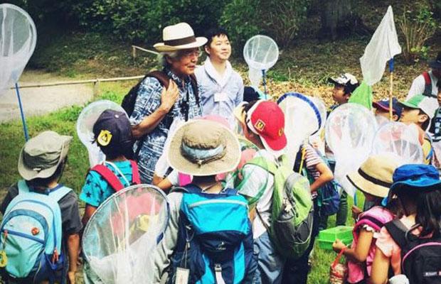 2016年に開催された「海のアカデミア 養老孟司先生と海の近くで昆虫採集をしよう! 鎌倉の海・夏の昆虫大調査」。子どもたちが山で採集した昆虫を、メインイベント「海のカーニバル」のフラッグにスケッチした。(写真提供:横山寛多)