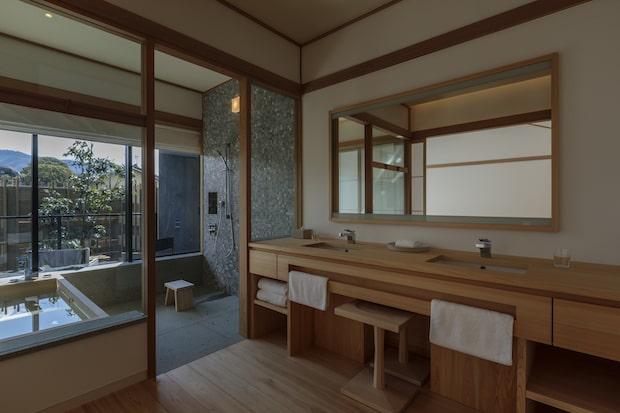 2階にある客室の浴室からは美しい景観を眺めることができます。Photo Tomohiro Sakashita
