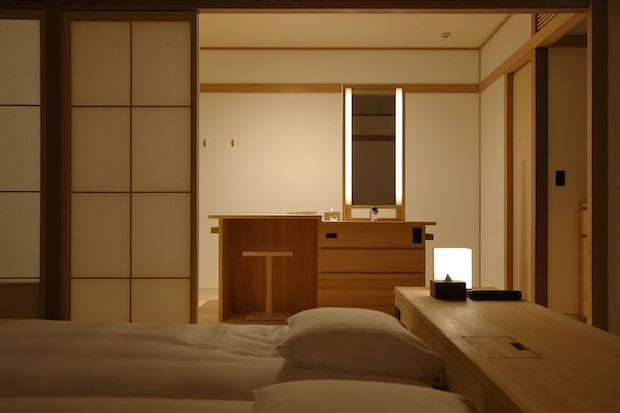 夜はこのように暖かなライトの光が部屋中を包みます。Photo Tomohiro Sakashita