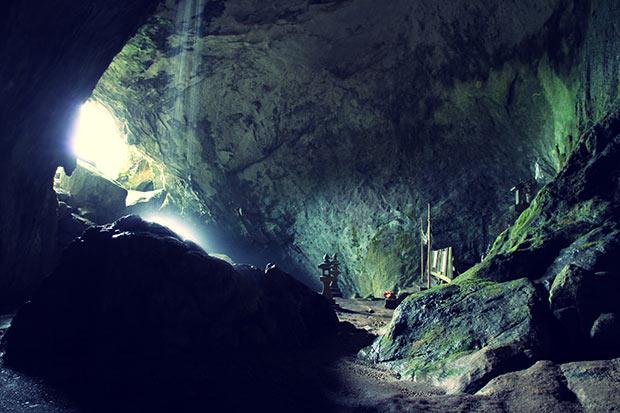 数々の伝説が伝わる全長約3キロの鍾乳洞、青龍窟(せいりゅうくつ)(苅田町)