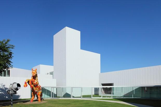 〈十和田市現代美術館〉