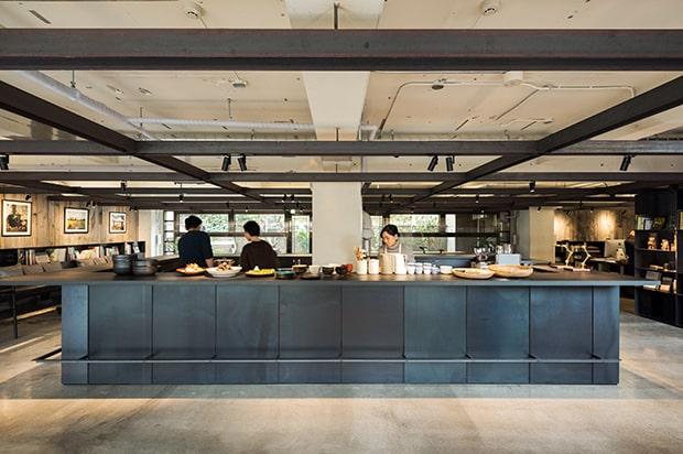 広々とした社食堂のキッチン。(写真:伊藤徹也)