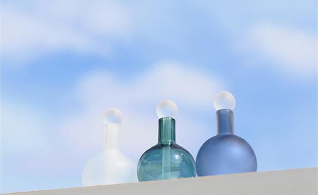 神具にも用いられる「瓶子」からイメージした祈りのためのガラス瓶。各6930円。