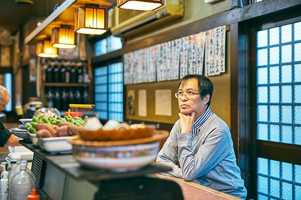 東京の大衆酒場の文化を愛情と探求心をもって伝える藤原さん。店内を見ながら「私が考えるいい酒場の条件は、居心地、食べ物、お酒の三位一体。ここは揃っているんです」とセレクトの理由を語ります。