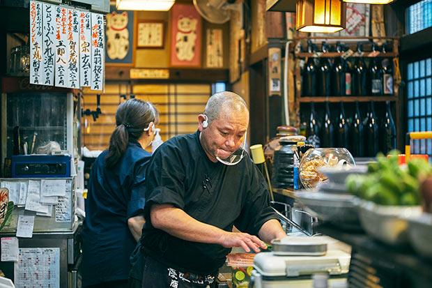 料理は定番のほか、市場での思いつきも。「どこどこ産というこだわりではなく、日々の買い物で、今日は貝がいいよとなったら貝の料理が並んだりします」。料理人としてのキャリアが生かされるアドリブも楽しみ。