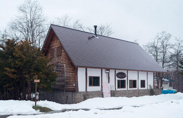 〈ミルトコッペ〉は4月28日から今季の営業が始まる。店舗はオーナーが10年かけてセルフビルドした。(撮影:佐々木育弥)
