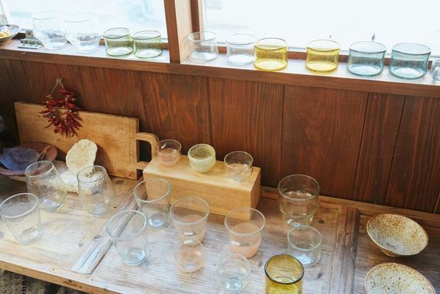 お店ではうつわやグラスなどのほか、やんばるの食材なども販売している。