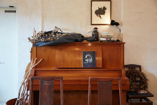 音楽ライブのために、ピアノをはじめ、少しずつ機材を購入しているという。