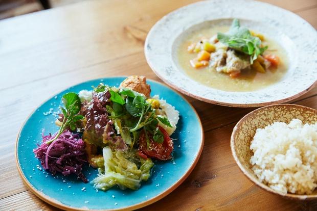 CONTEのガルビュール(県産豚と島野菜の煮込み)[ランチには、本日のスープ、沖縄野菜を使った数種のデリ、七分づきライス付き]。1400円。