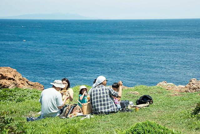 海が見える高台でピクニック中