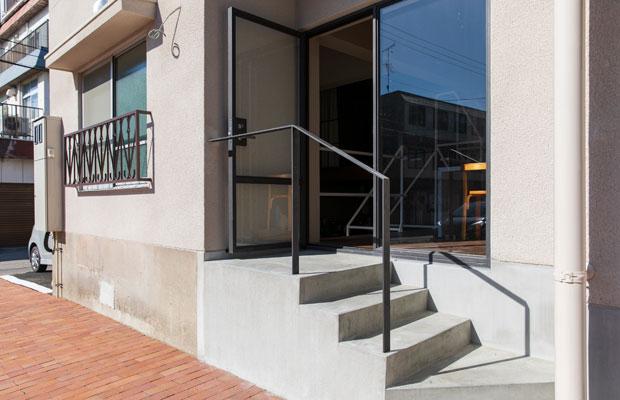 新たに設けた外部階段とスチールサッシ。