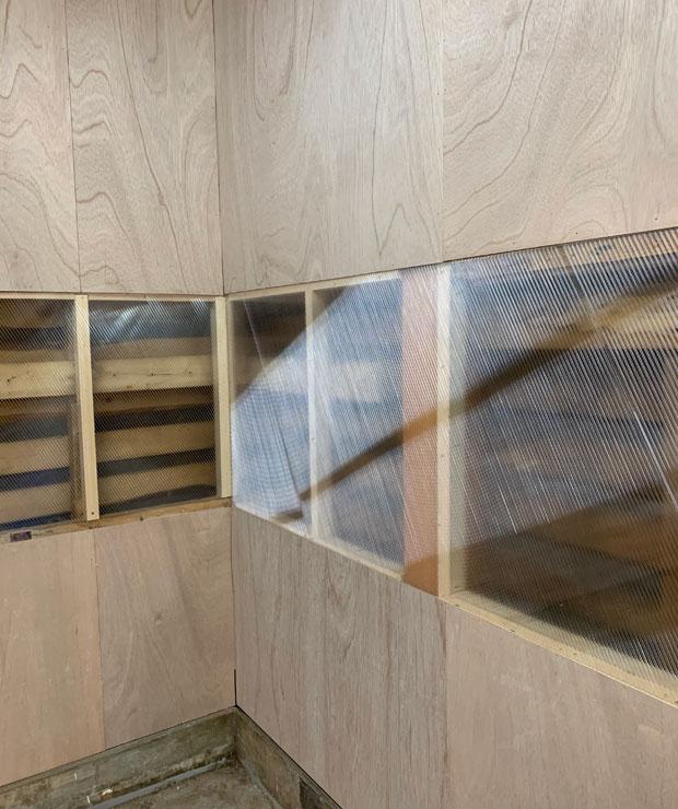 土台と柱を交換したあとはまたDIYで仕上げ。ポリカーボネートの層を挟んで躯体を見せる仕上げにしています。