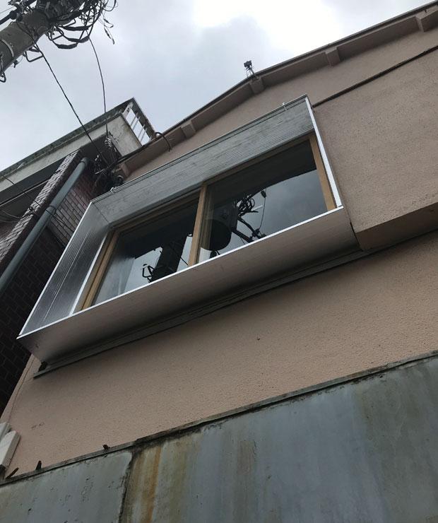 建物の顔ともなる2階の窓の制作は、大学の後輩でもある〈スタジオキノコ〉の伊東鷹介くん作。