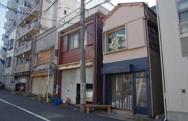 外装はツートンで下半分だけ塗装、上は建物の元の状態を残し、倉庫が並ぶまち並みに揃えています。