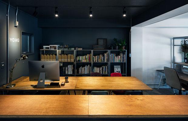 〈藤棚デパートメント〉内の事務所スペース。