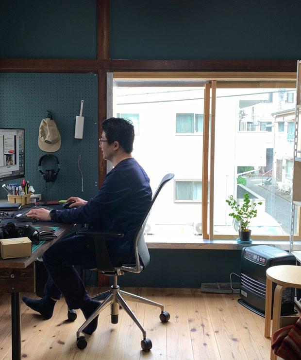 2階の小泉くんの事務所。床を張り替え、壁面を塗装することでがらっと雰囲気が変わりました。