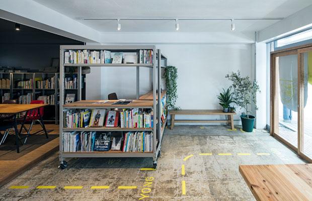 ホールにある可動の本棚ワゴンスペース。