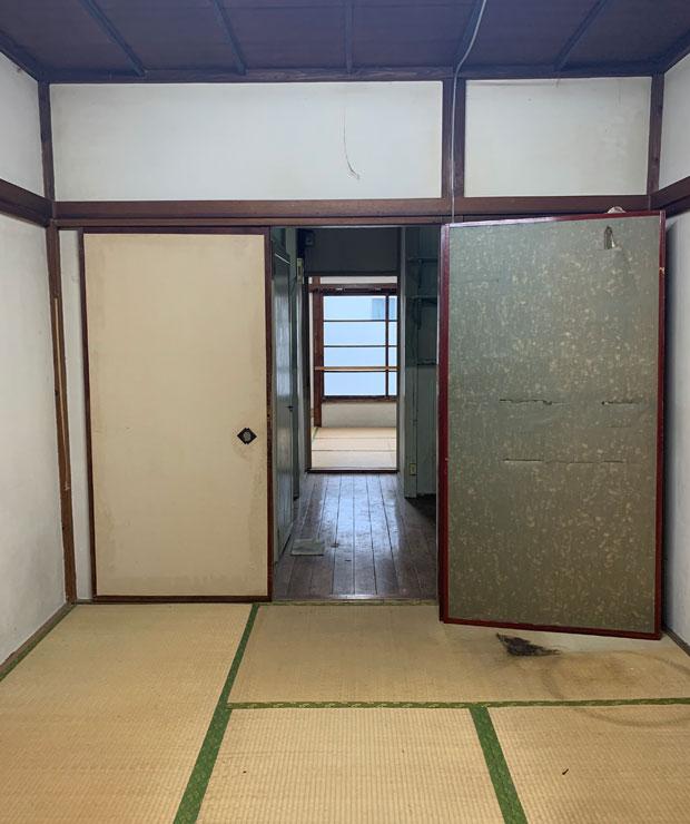 2階は和室がふた部屋。真ん中にはキッチン、トイレがあります。