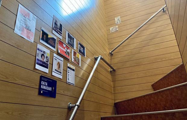 アキさんが飾ってくれているアーティストたちの情報が、階段沿いの壁に増え始めている。