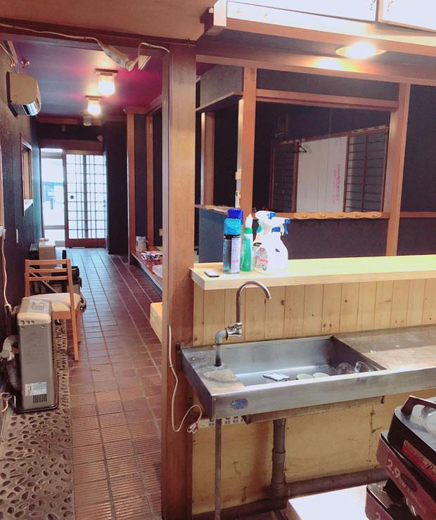 店内ビフォー。昔はここで寿司が握られていたのだろうか。