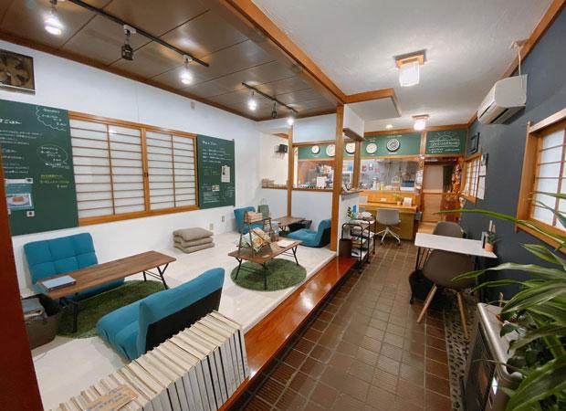 改修後。天井を漆喰で覆い、レールライトを追加したことで店内が明るくなった。