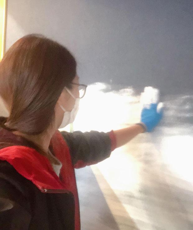漆喰を手で塗りつける店主。