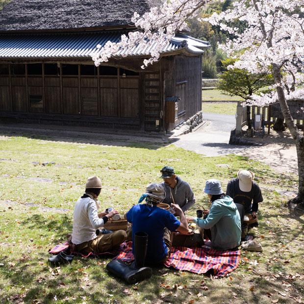 すぐ近くにある「肥土山農村歌舞伎舞台」の桜の木の下でまかないごはん。