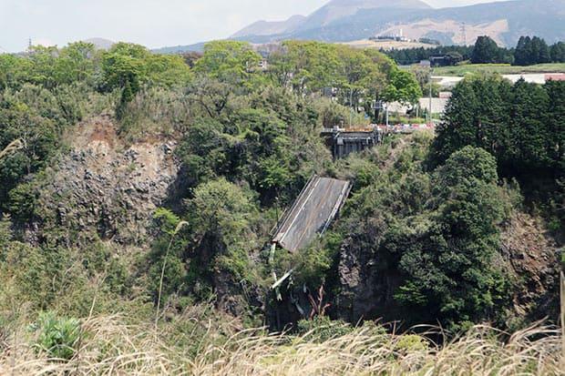 地震によって崩れ落ちた阿蘇大橋。