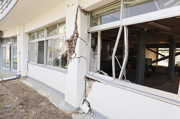 壊れた柱や外壁もそのまま保存されている。