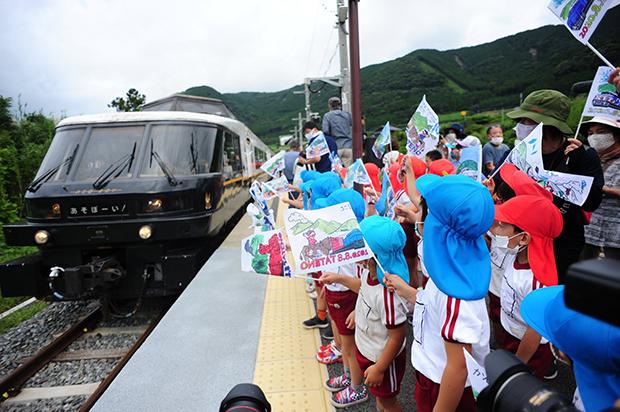 2020年8月にはJR豊肥本線が全線開通。手旗で祝う保育園児童。写真提供:南阿蘇村