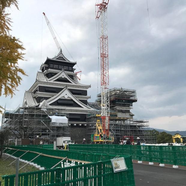 震災時は、瓦が崩壊するなど被害も大きく、石垣は全体の約3割が崩れたそうです。元の位置へ正確に戻すため、番号をつけて振り分けて保管するなど、地道な作業が続けられてきました。写真は2020年11月の熊本城の様子。