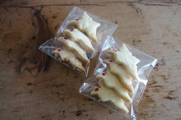クランカフェオリジナルの、鶴をモチーフにした〈お鶴さんクッキー〉。